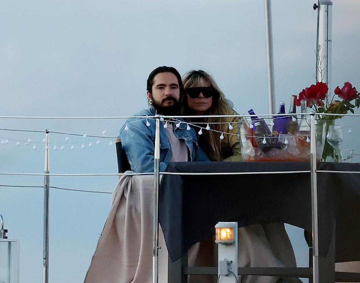Cặp đôi thưởng thức bữa tối lãng mạn bên nhau trên nhà thuyền.