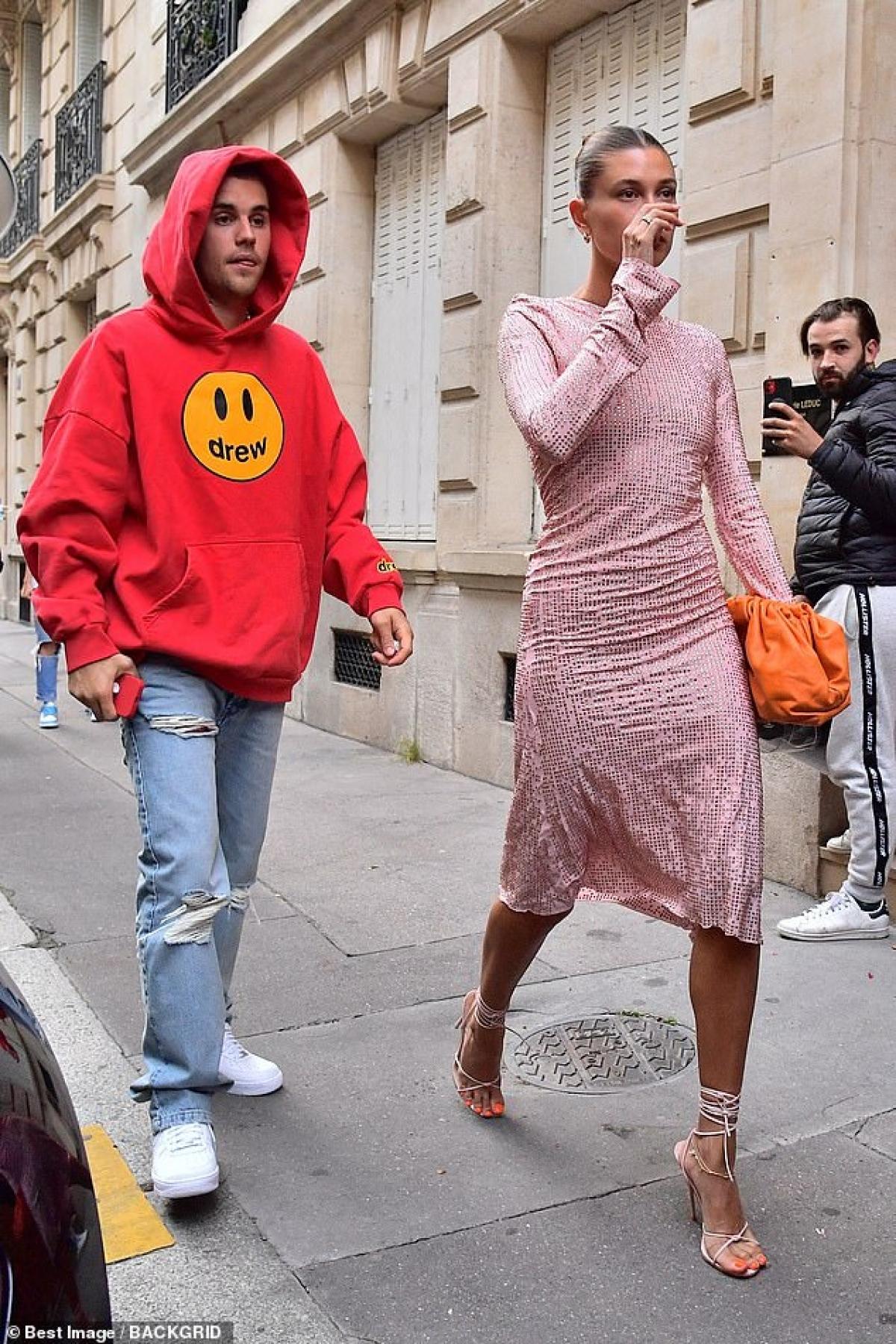 Cựu người mẫu diện đầm bó màu hồng nổi bật, khoe khéo đường cong nóng bỏng và vóc dáng thanh mảnh.