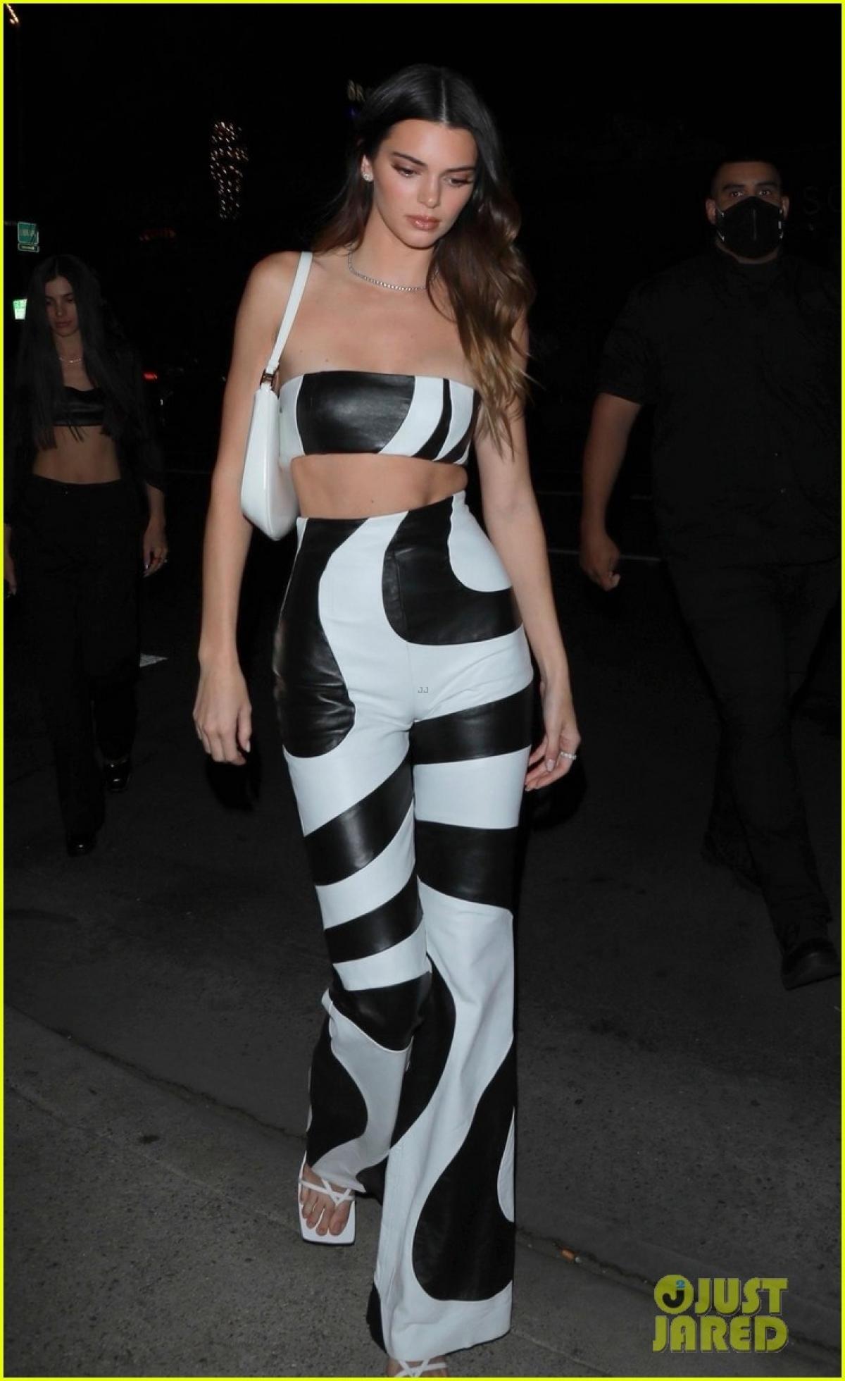 Kendall Jenner cũng không hề kém cạnh khi diện set đồ trắng - đen tinh tế, phô body cuốn hút.