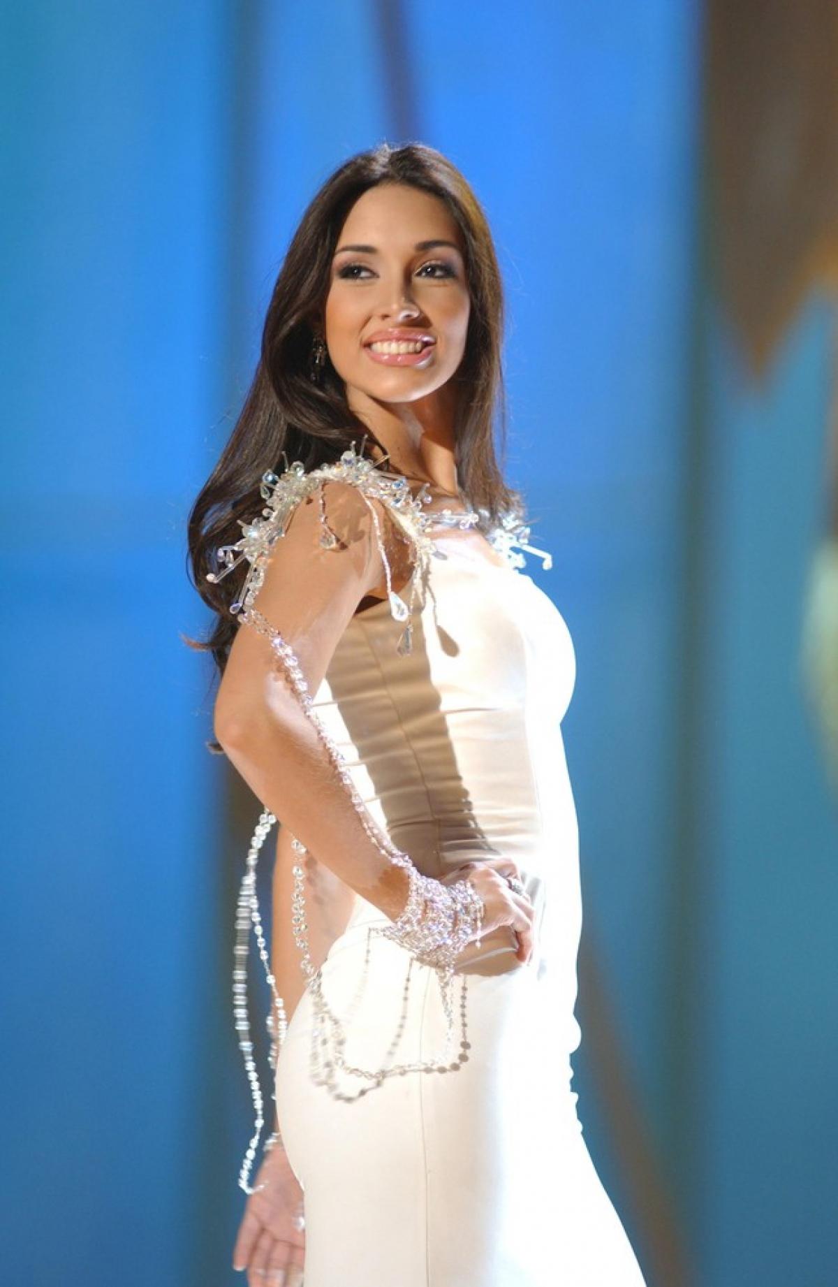 """Amelia Vega có chiều cao """"khủng"""" nhất trong lịch sử Miss Universe (1,88m). Bên cạnh đó, cô còn được đánh giá sở hữu vẻ đẹp yêu kiều, quyến rũ."""