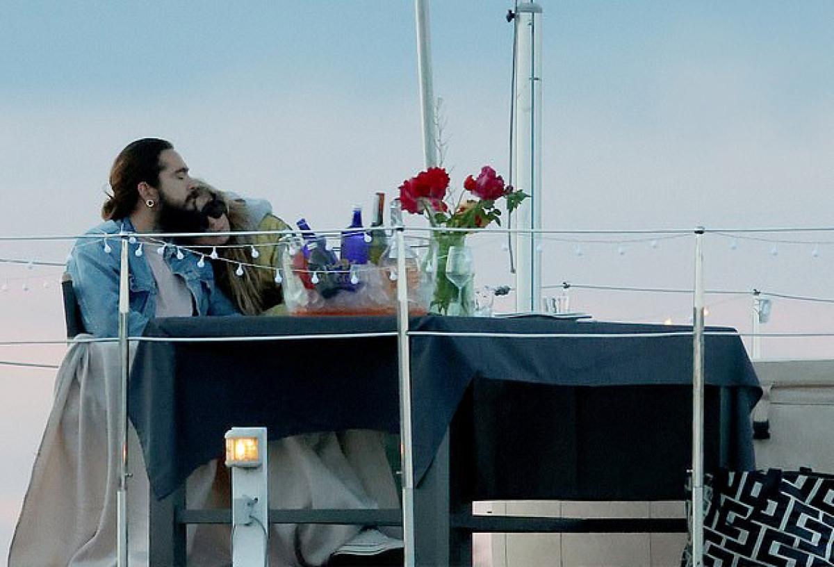 Bữa tối riêng tư của cả hai được diễn ra trong khung cảnh lãng mạn với rượu vang, hoa và đèn điện trong ánh hoàng hôn.