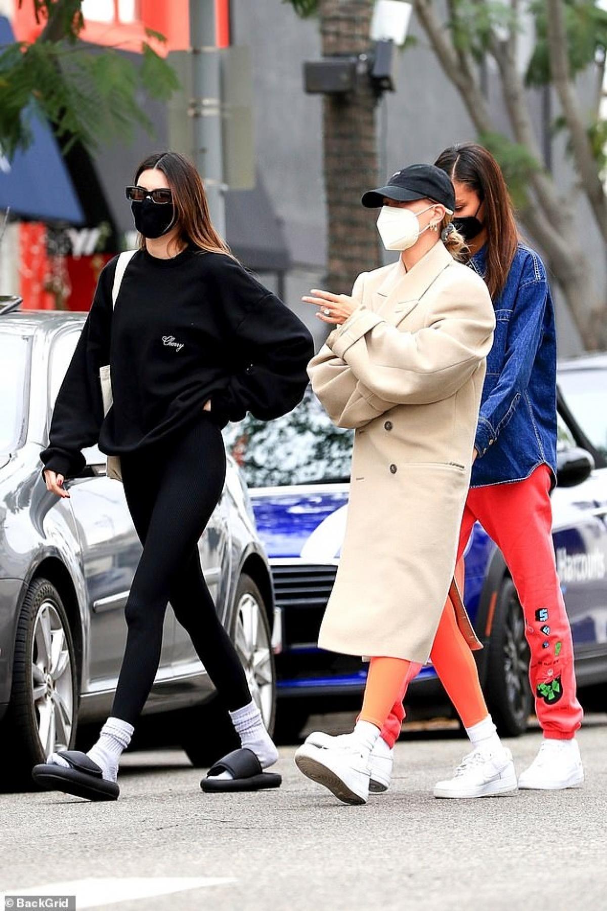 Kendall Jenner và Hailey Baldwin là bạn thân lâu năm. Hai người quen nhau từ khi mới bắt đầu sự nghiệp người mẫu ở tuổi teen. Kendall tiết lộ Hailey chính là người bạn thực sự đầu tiên của cô ở New York.