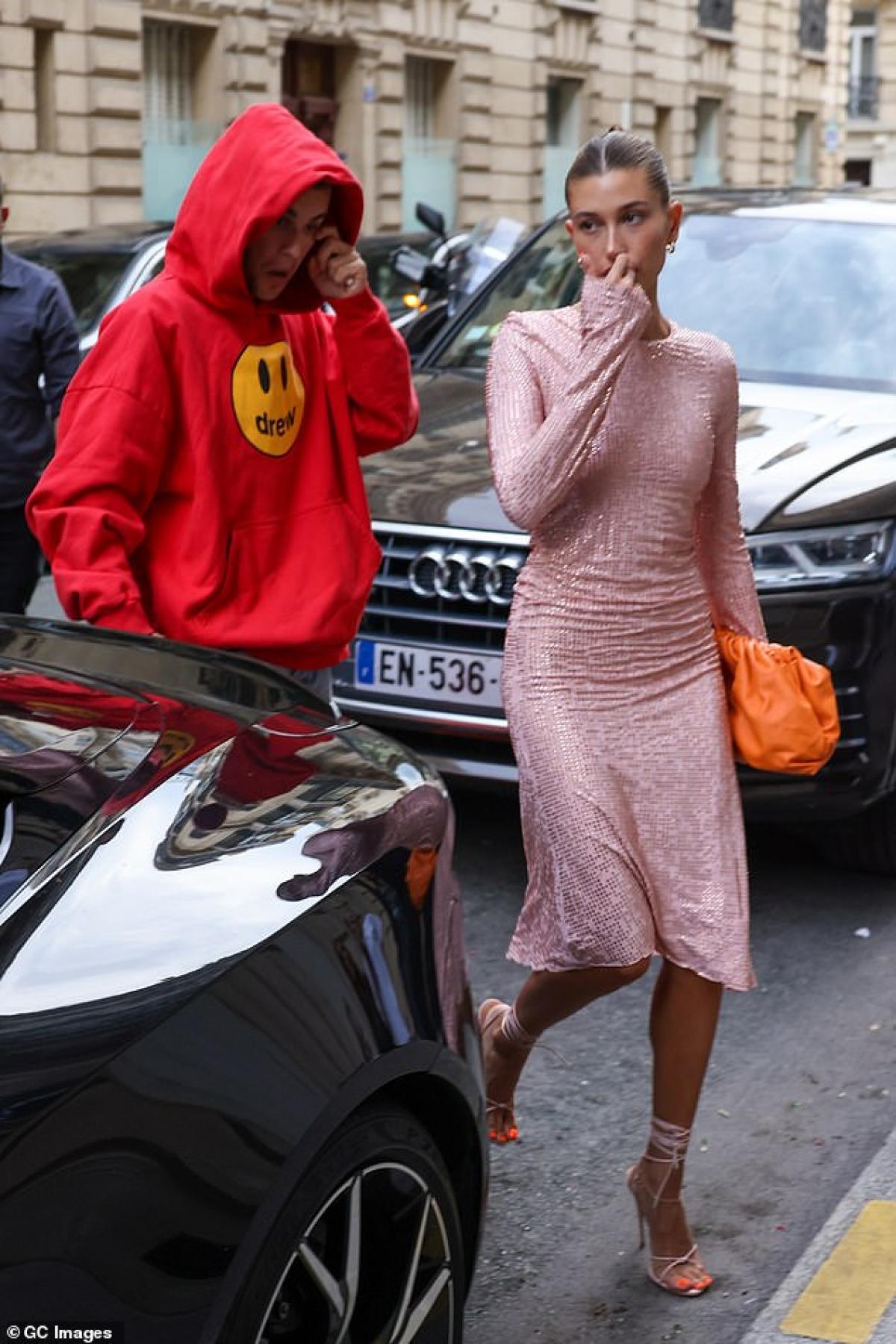 Còn Justin Bieber diện áo hoodie màu đỏ và quần jeans trẻ trung, khỏe khoắn.