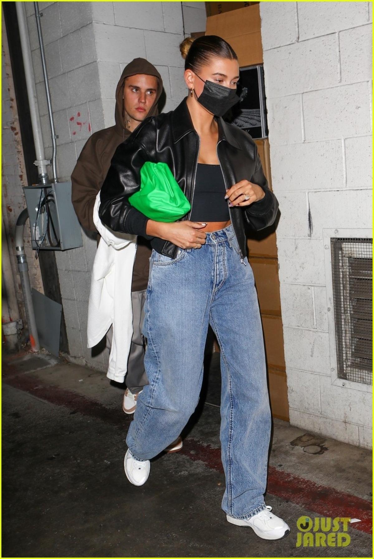 Theo đó, chân dài sinh năm 1996 cho biết, cả hai đã là bạn của nhau trong một thời gian dài trước khi yêu nhau. Khi đó, Justin 14 tuổi còn Hailey mới 12.