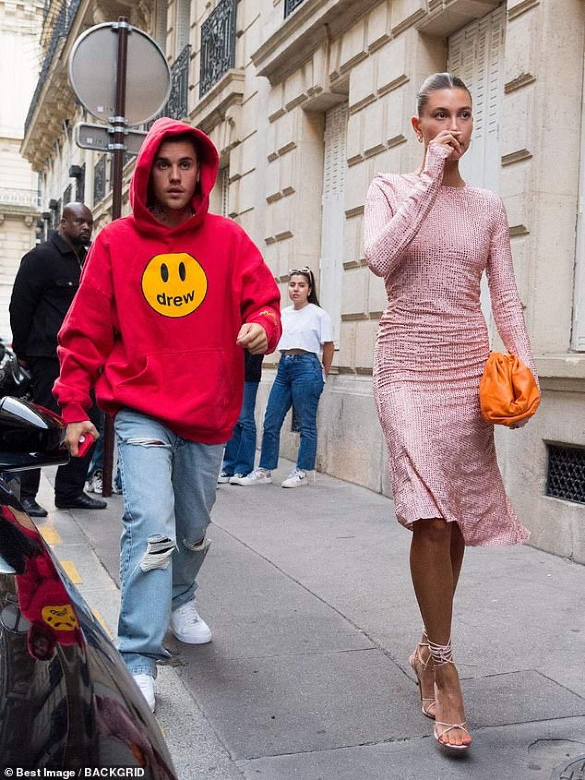 Được biết, Justin Bieber hộ tống vợ đến Paris dự sự kiện.