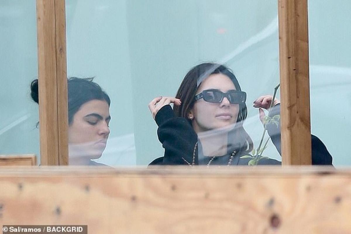 """Chân dài nhà Kardashian liền cười xác nhận: """"Tôi yêu cả hai bạn, nhưng Hailey luôn là cô gái của tôi""""./."""