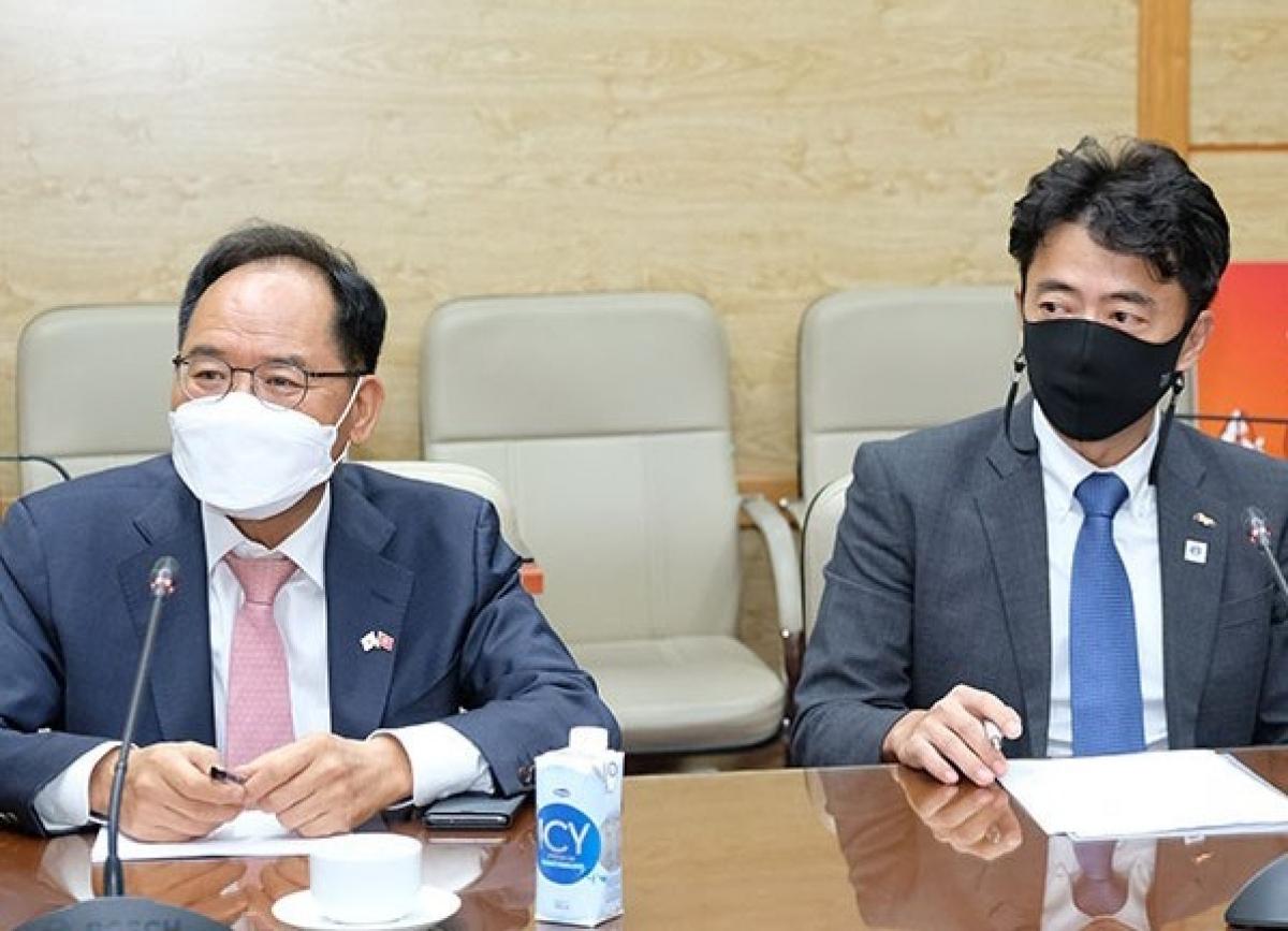 Đại sứ Park Noh Wan (trái) và ông Koh Hong Hwan,Tổng giám đốc Tập đoàn SK. (Ảnh: Trần Minh)