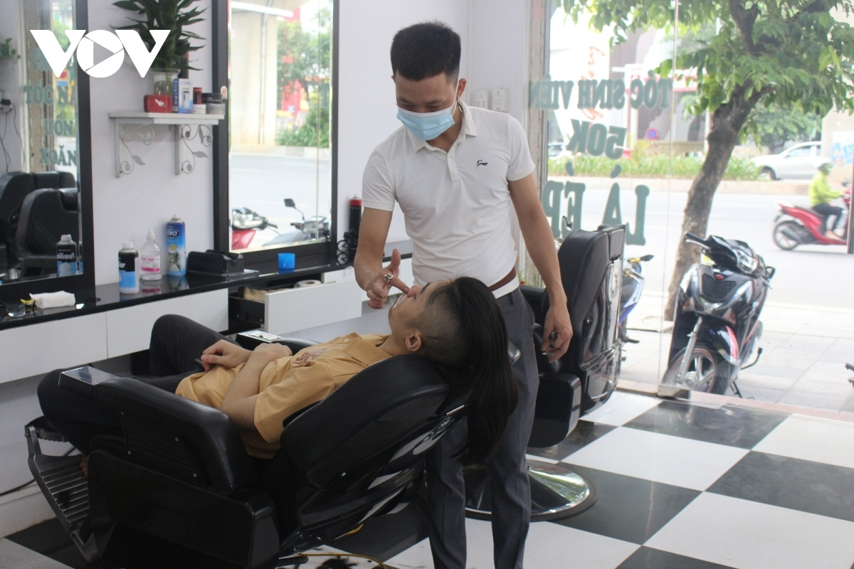 The authorities of Hanoi allow the reopening of some services such as haircuts and indoor dining on June 22, with social distancing measures still being properly enforced.