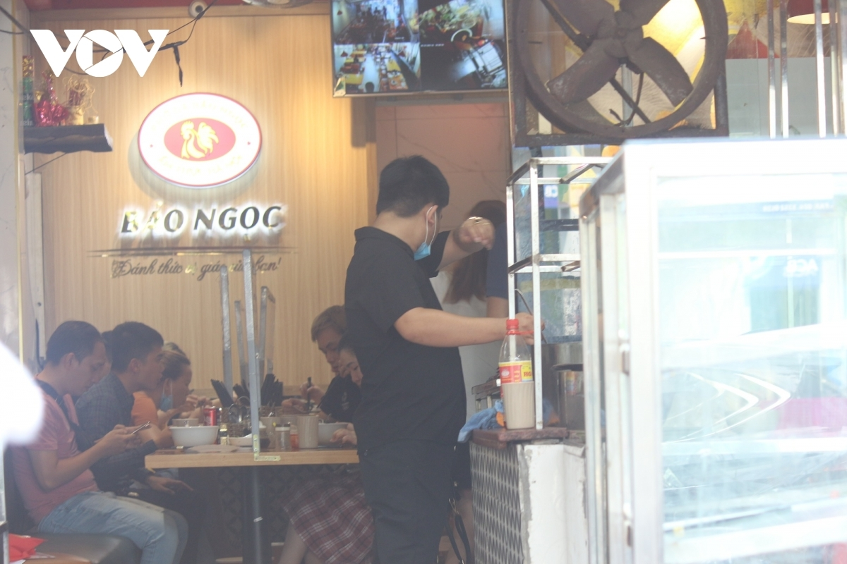 A restaurant on Nguyen Khuyen street in Ha Dong district is packed.