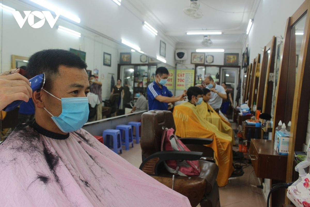 A barber shop on Tran Phu street in Ha Dong district opens very early and welcomes crowds of customers.