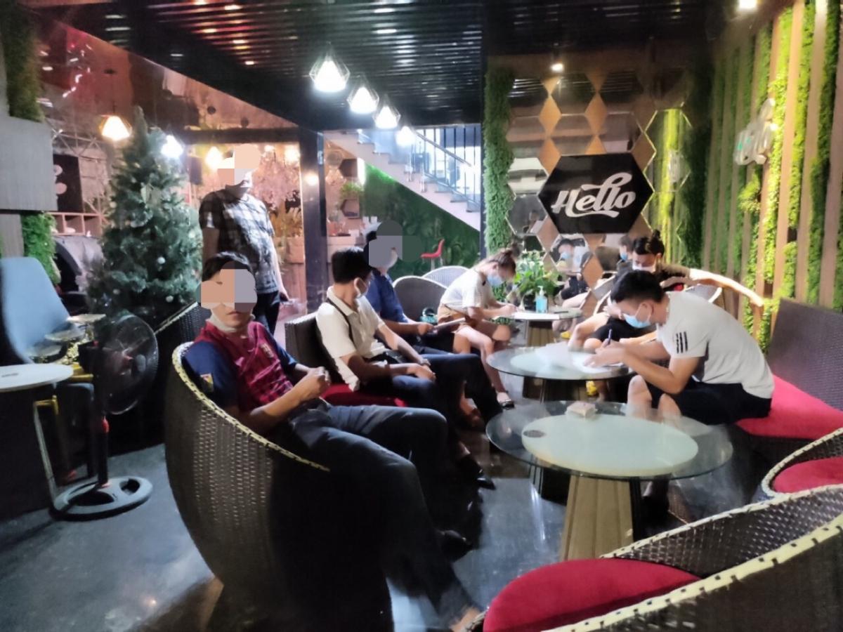 """Nhóm khách hát """"chui"""" bị phát hiện tại quán karaoke Hello"""