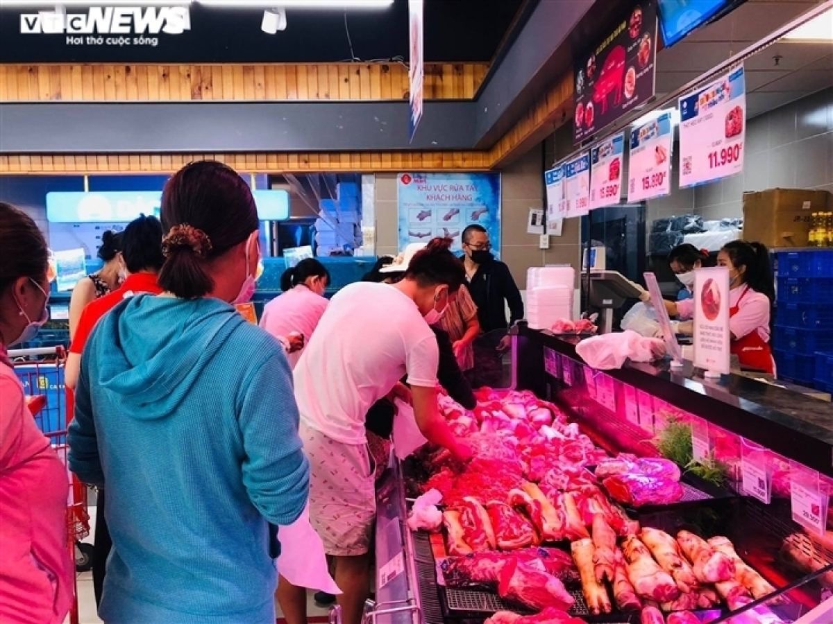 Similarly, Saigon Co.op, which owns 800 supermarkets and retail stores across the country, has plans to deal with any scenario to bring an adequate supply of goods to consumers.