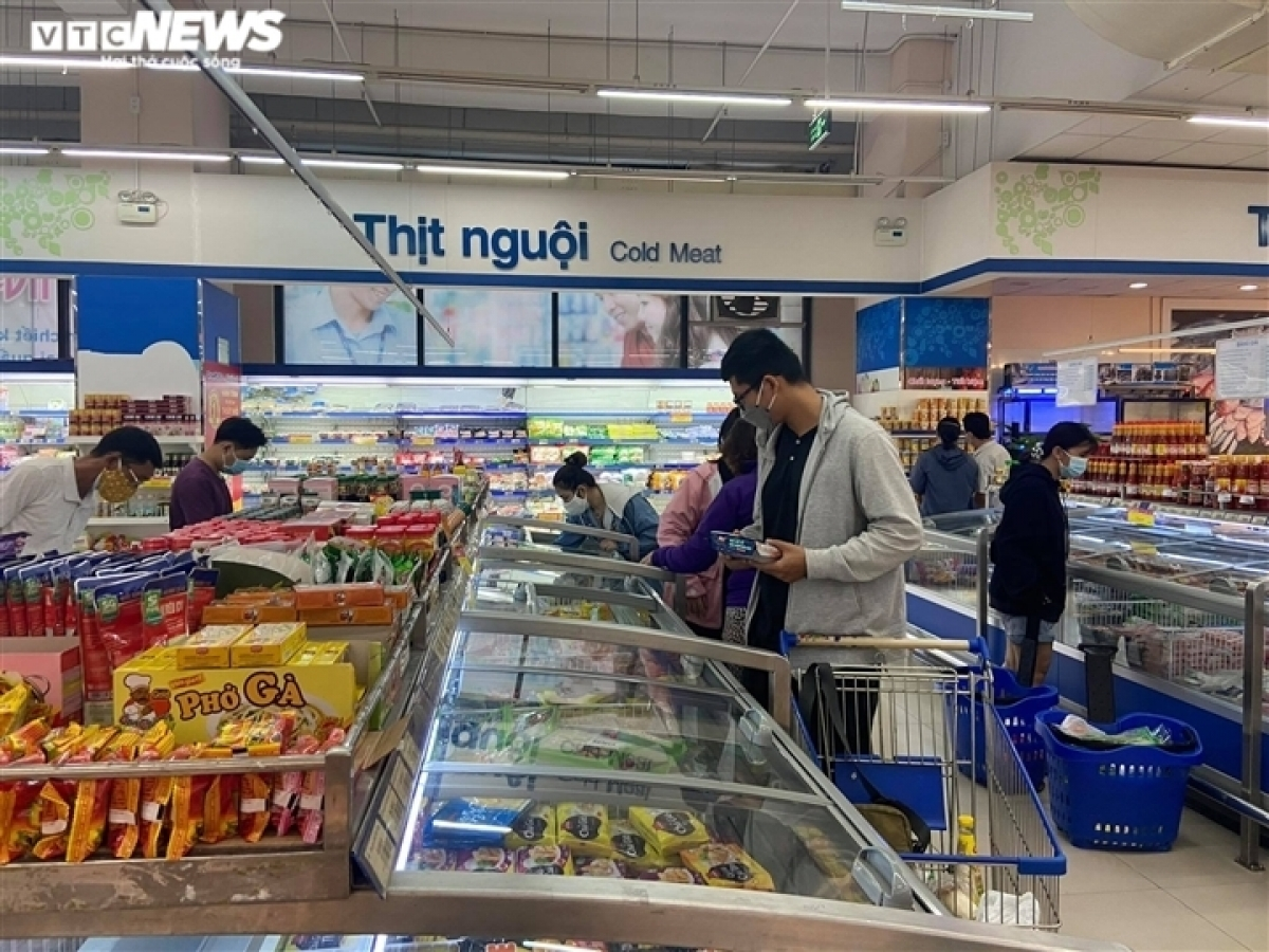 Approximately 237 wet markets, 236 supermarkets, 45 trading centres, and over 2,700 retail outlets are now in operation throughout the southern city, offering diversity of food supplies to local people, Phuong notes.