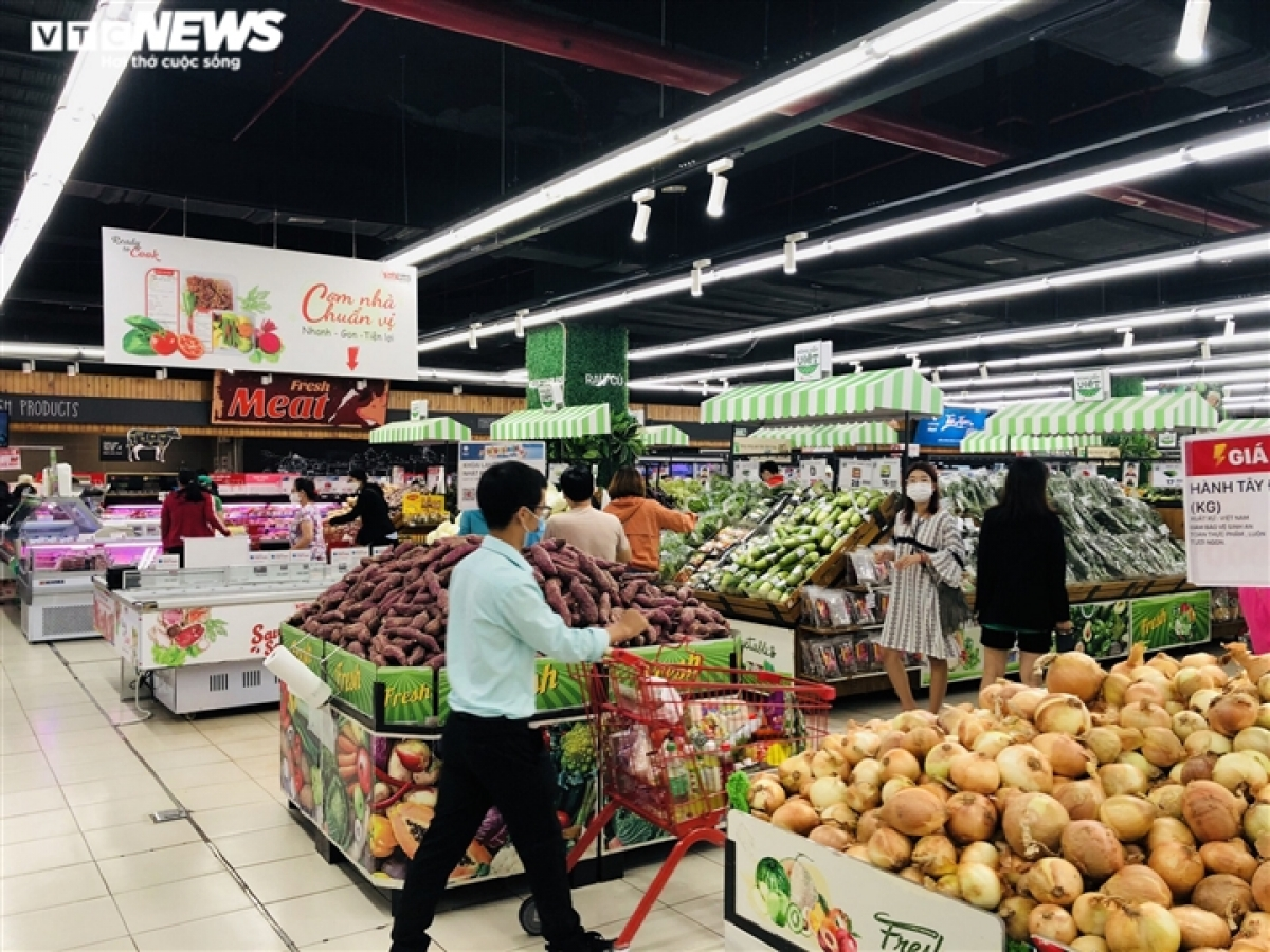A VinCommerce representative says fresh and dried foods are always reserved so that there's no shortage of goods.