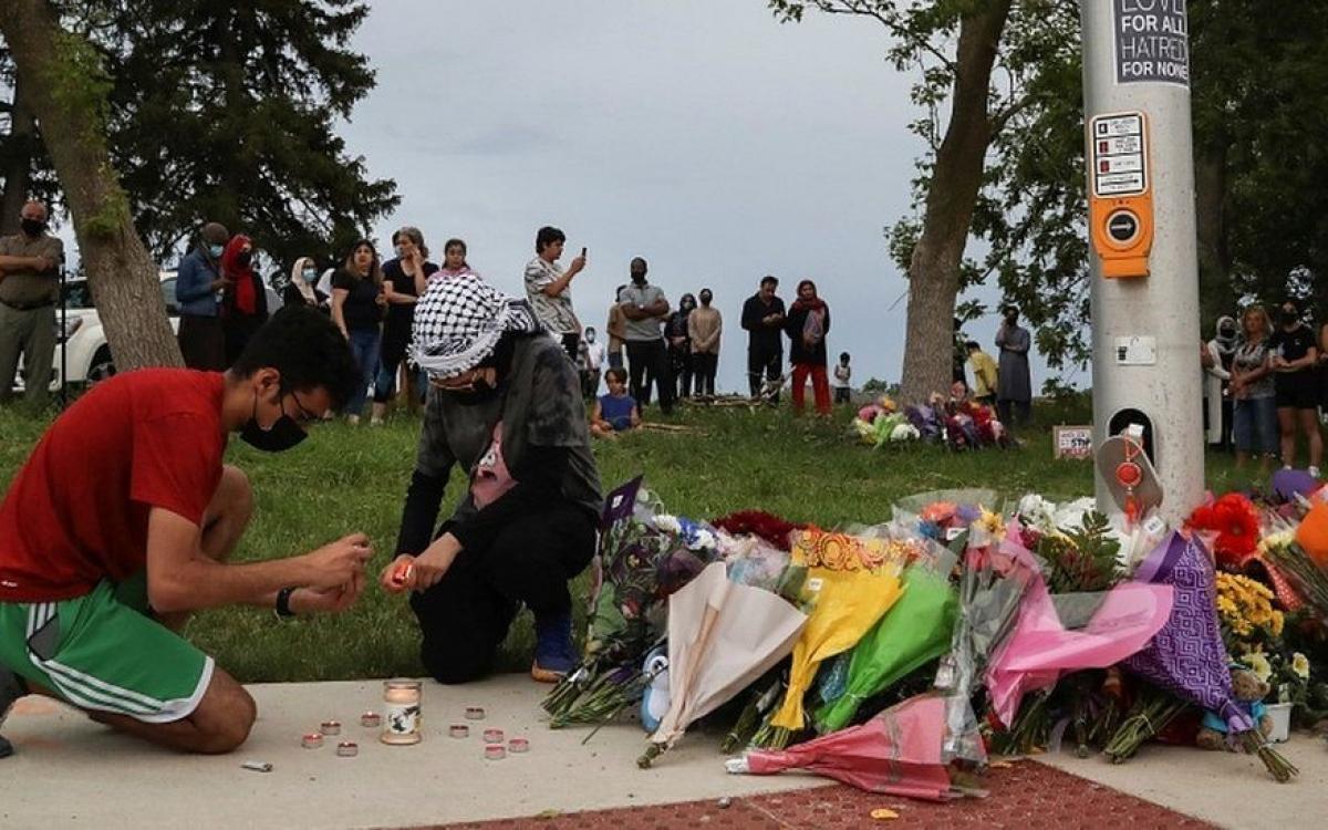 Tưởng niệm nạn nhân tại hiện trường vụ tấn công bằng xe tải. Ảnh: Reuters