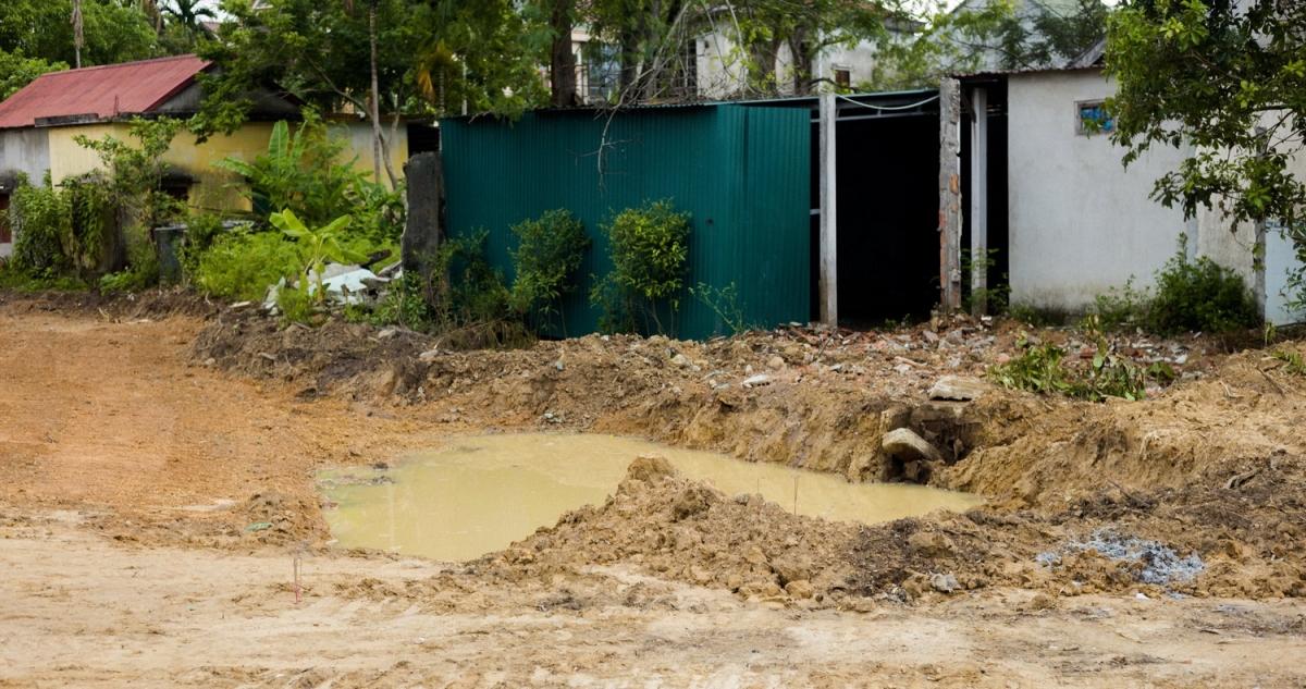 Hiện trường hố nước công trình cháu bé bị sẩy chân đuối nước.