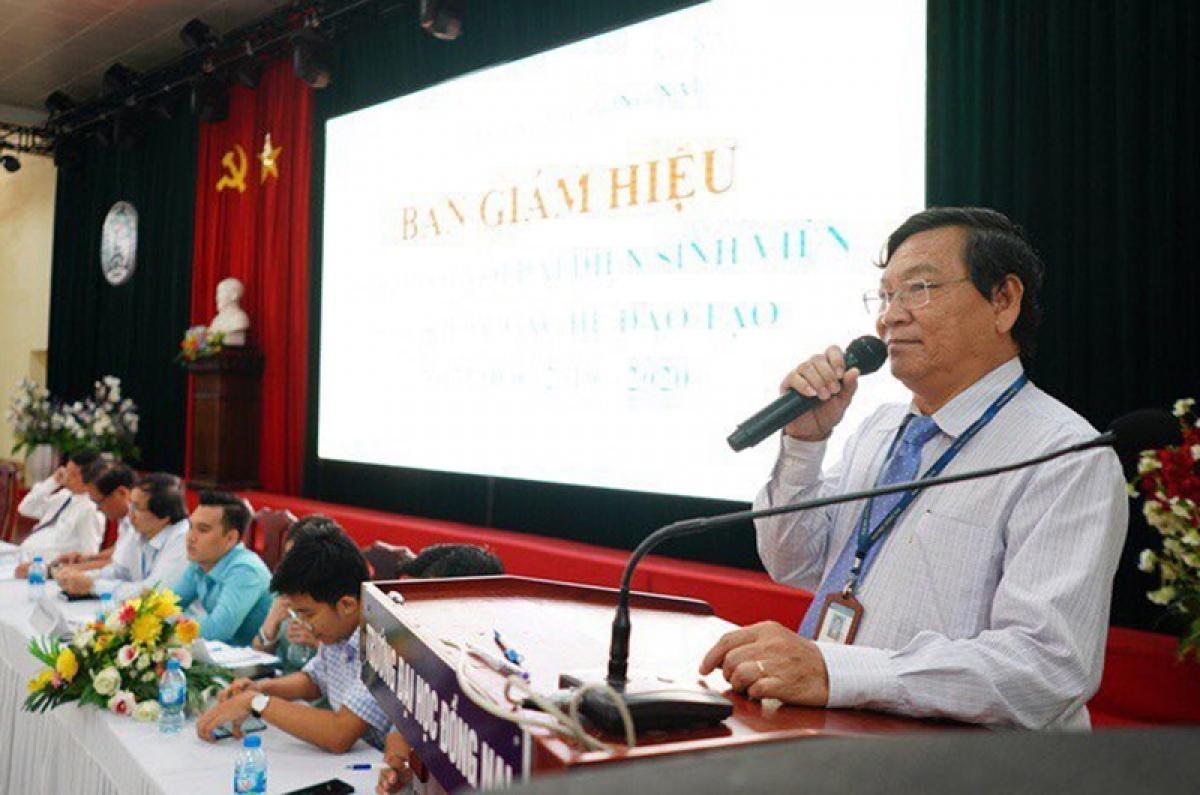 Ông Trần Minh Hùng (người cầm mic) phát biểu trong một hội nghị tại Đại học Đồng Nai. Nguồn: Báo Nhân Dân