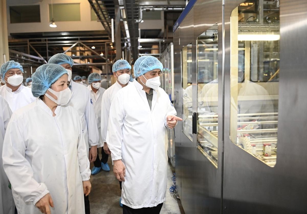 Thủ tướng Chính phủ và đoàn công tác tham quan quy trình sản xuất tự động, hiện đại của Siêu Nhà máy sữa Việt Nam