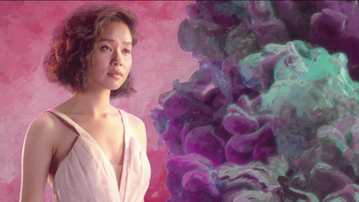 """Ca sĩHoàng Quyêntrong MV """"Xin cho hôm nay trôi đi""""."""