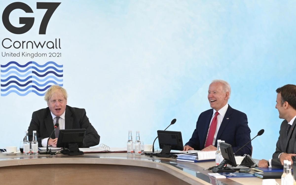 Các nhà lãnh đạo Anh, Mỹ, Pháp (từ trái qua phải) - Thủ tướng Johnson, Tổng thống Biden và Tổng thống Macron tại Thượng đỉnh G7 năm 2021. Ảnh: al Jazeera.