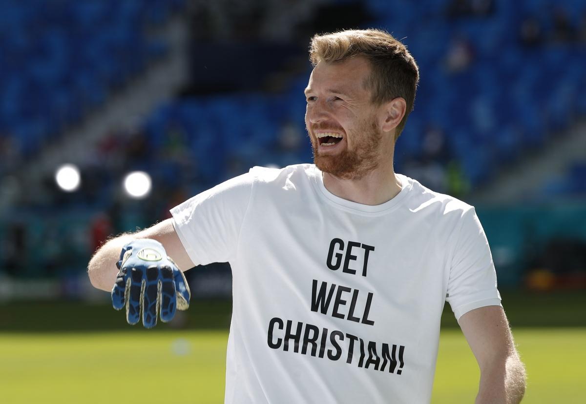 Thủ môn Hradecky của Phần Lan mặc áo tập với thông điệp chúc Eriksen mau bình phục. (Ảnh: Reuters).