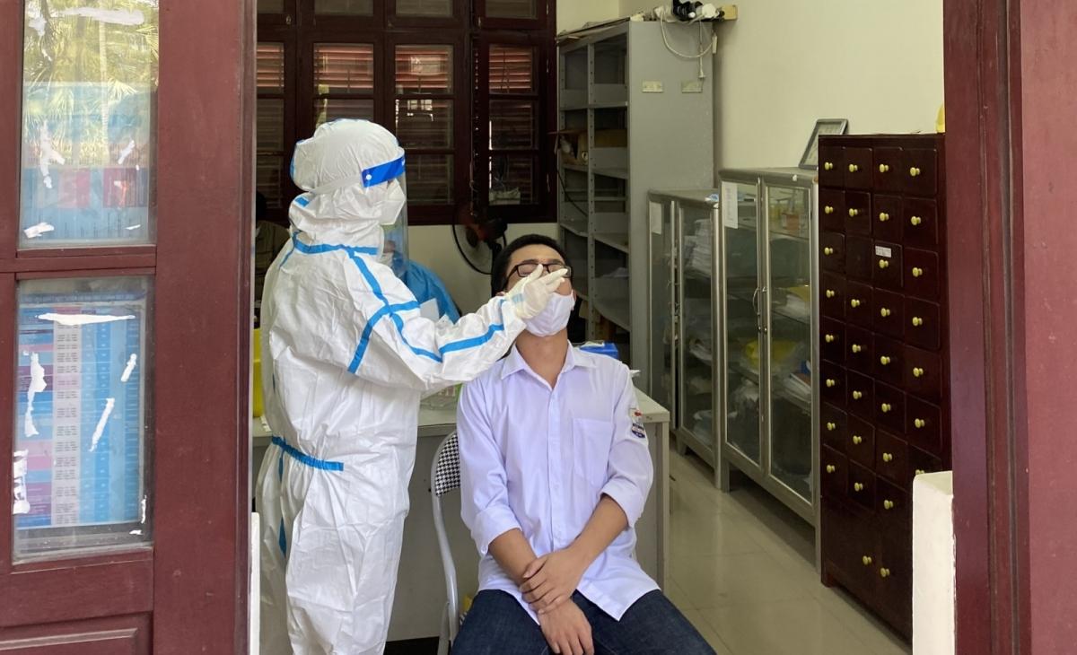Cơ quan CDC Bắc Ninh lấy mẫu xét nghiệm COVID-19 cho học sinh lớp 12 trường THPT Tiên Du số 1.