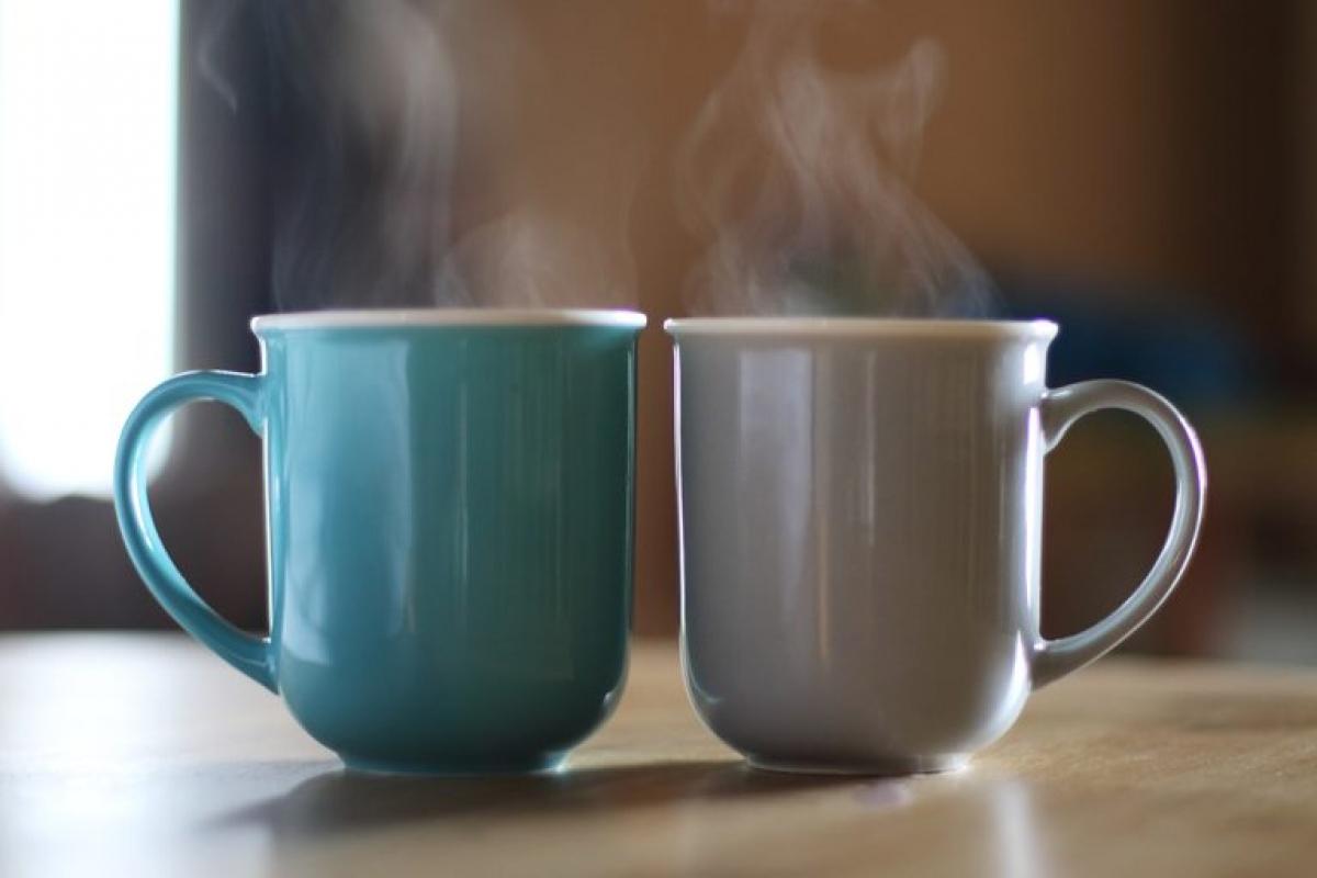 Bạn uống nhiều thức uống có caffeine: Một hoặc hai tách trà hay cà phê mỗi ngày thì không vấn đề gì, nhưng nếu bạn uống quá nhiều các thức uống này, bạn sẽ đi tiểu nhiều hơn và sẽ dễ bị mất nước hơn. Caffeine có tính lợi tiểu, do đó bạn có thể thêm một lát chanh hoặc cam vào thức uống của mình để giảm hiệu ứng mất nước./.