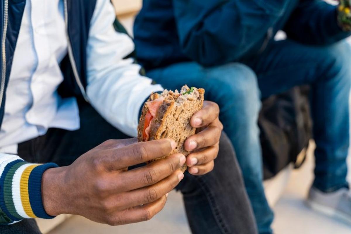 Bạn thường xuyên ăn trưa bằng bánh sandwich: Thịt kẹp trong bánh mì và bánh sandwich thường chứa rất nhiều muối và chất bảo quản, do đó dễ gây mất nước. Bạn nên hạn chế tối đa việc ăn các thực phẩm đã chế biến sẵn.