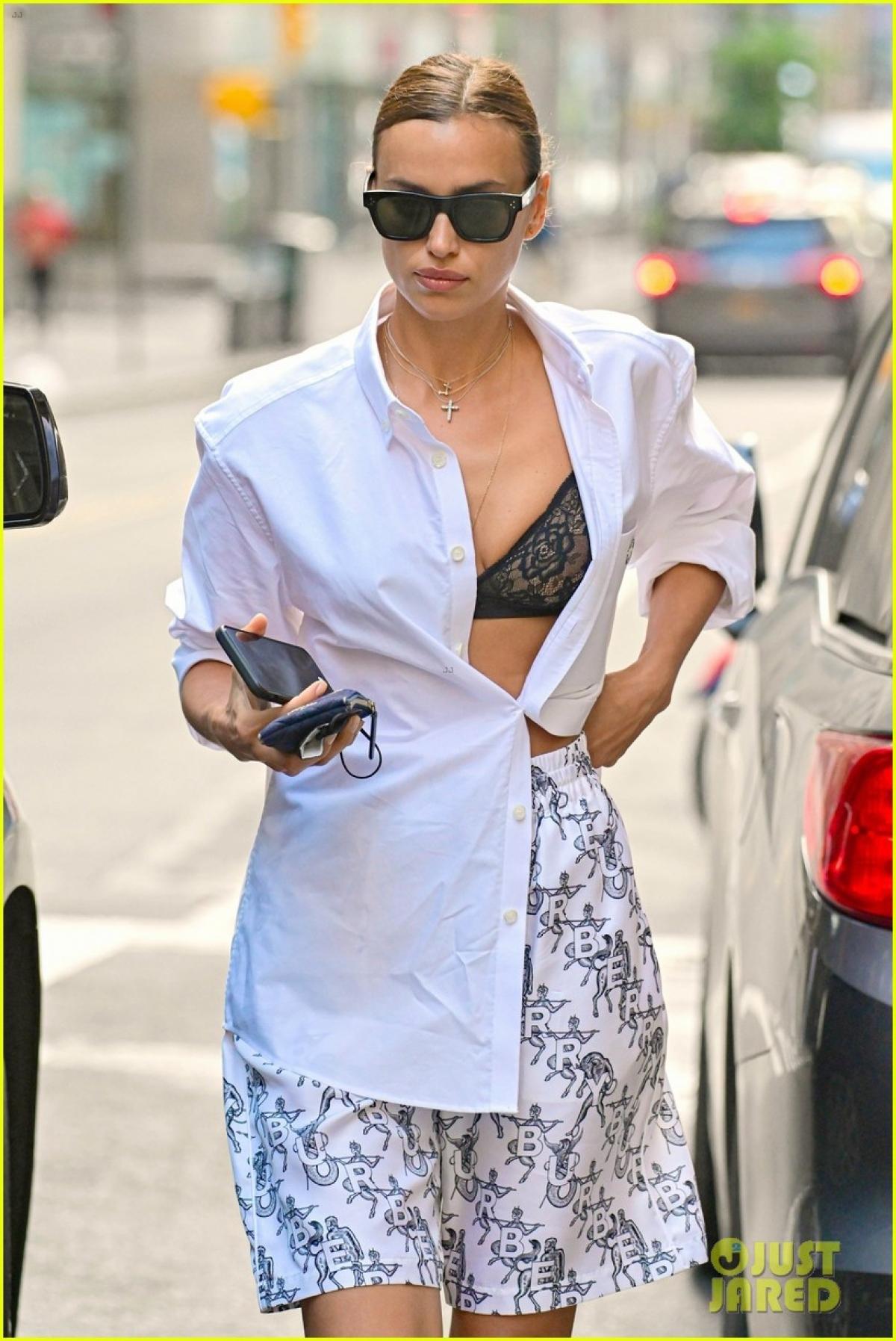 Mới đây, Irina Shayk gây chú ý khi tái xuất một mình trên phố ở New York.