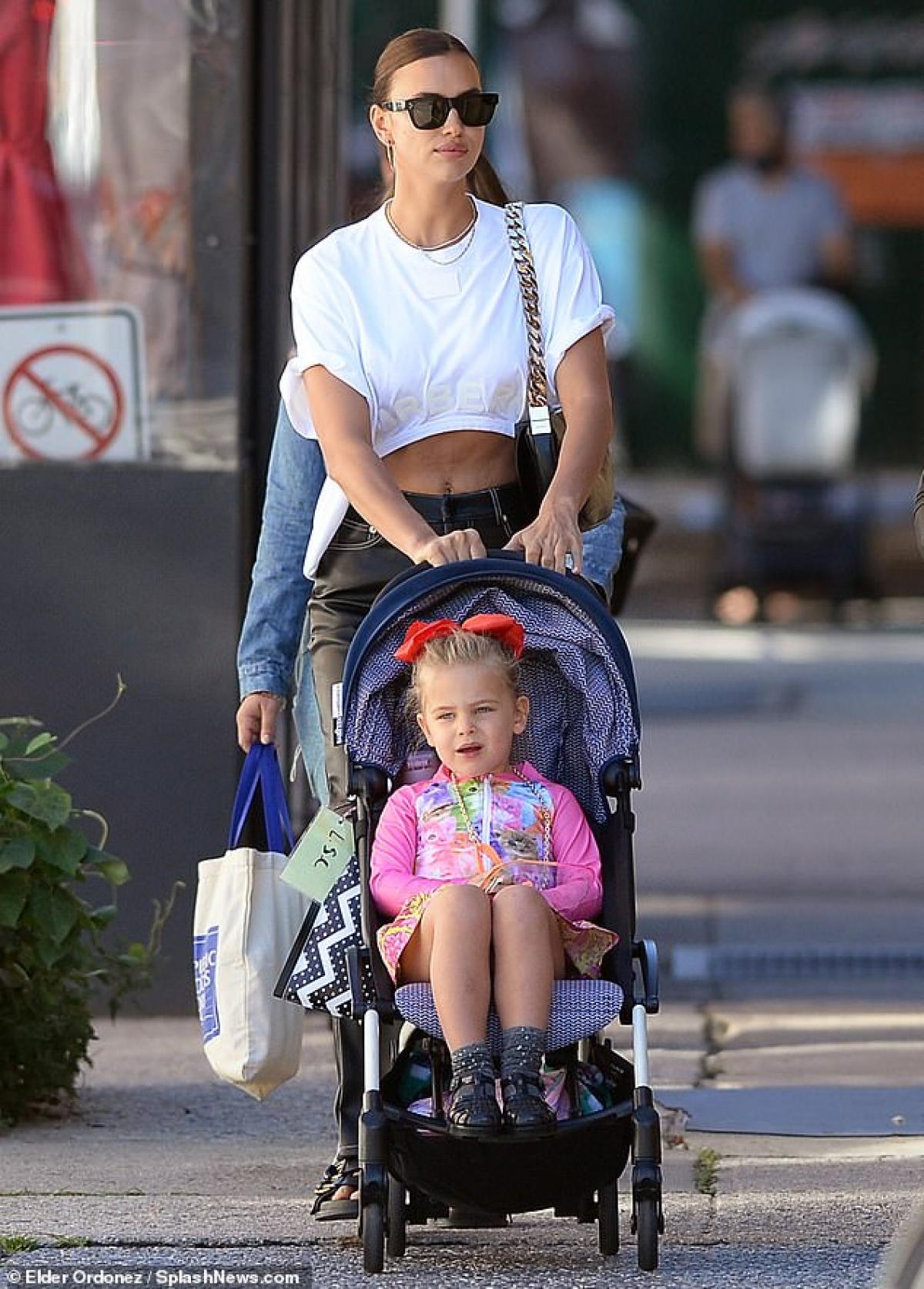 Irina Shayk đưa con gái Lea đến trường ở New York sáng 23/6, theo giờ địa phương.