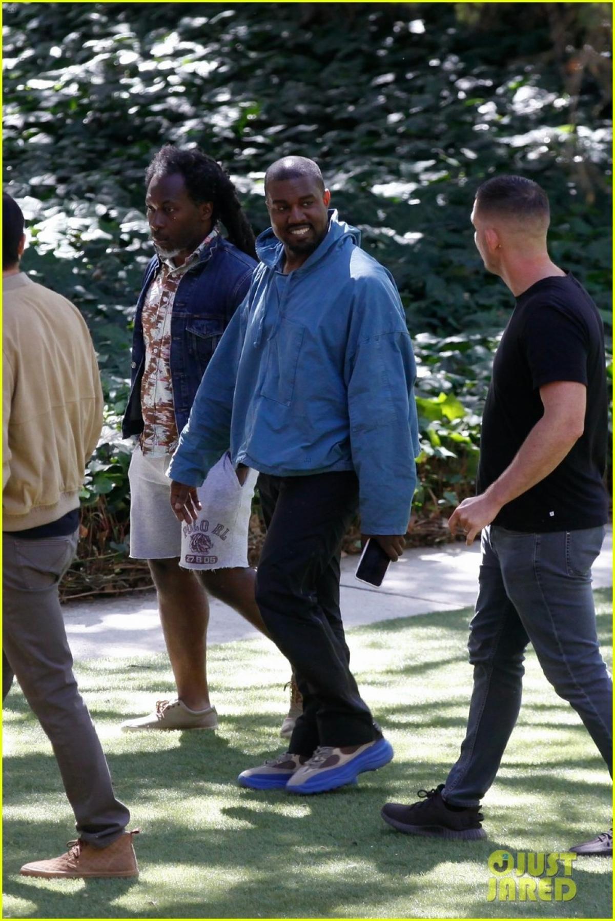 Trong khi đó, Kanye West bị cánh săn ảnh bắt gặp khi đến thăm trang trại Golden Heart ở Malibu, California.
