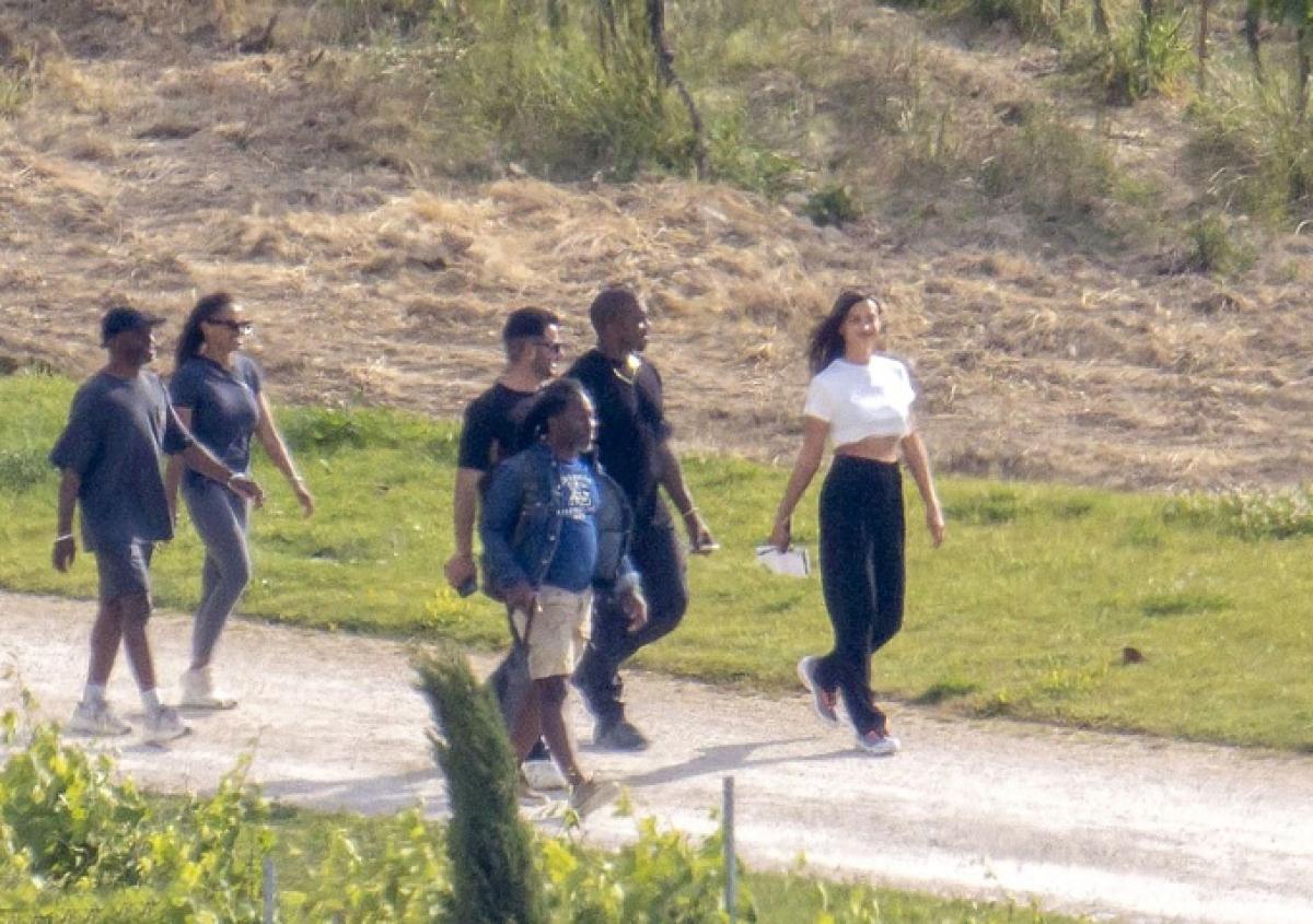 Theo nguồn tin trên Dailymail, cả hai ở chung khách sạn Villa La Coste. Chuyến đi được diễn ra vào đúng dịp sinh nhật lần thứ 44 của Kanye. Được biết, chồng cũ của Kim Kardashian đã thuê trọn khu nghỉ dưỡng này trong ba ngày. Rapper muốn tận hưởng sự riêng tư, lãng mạn bên Irina và bạn bè.