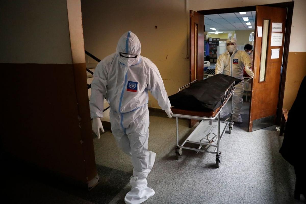 Một bệnh nhân tử vong do Covid-19 được đưa ra khỏi giường bệnh ở San Lorenzo, Paraguay, nơi hiện có tỷ lệ tử vonghàng ngày do dịch bệnh cao nhất thế giới. Ảnh: AP