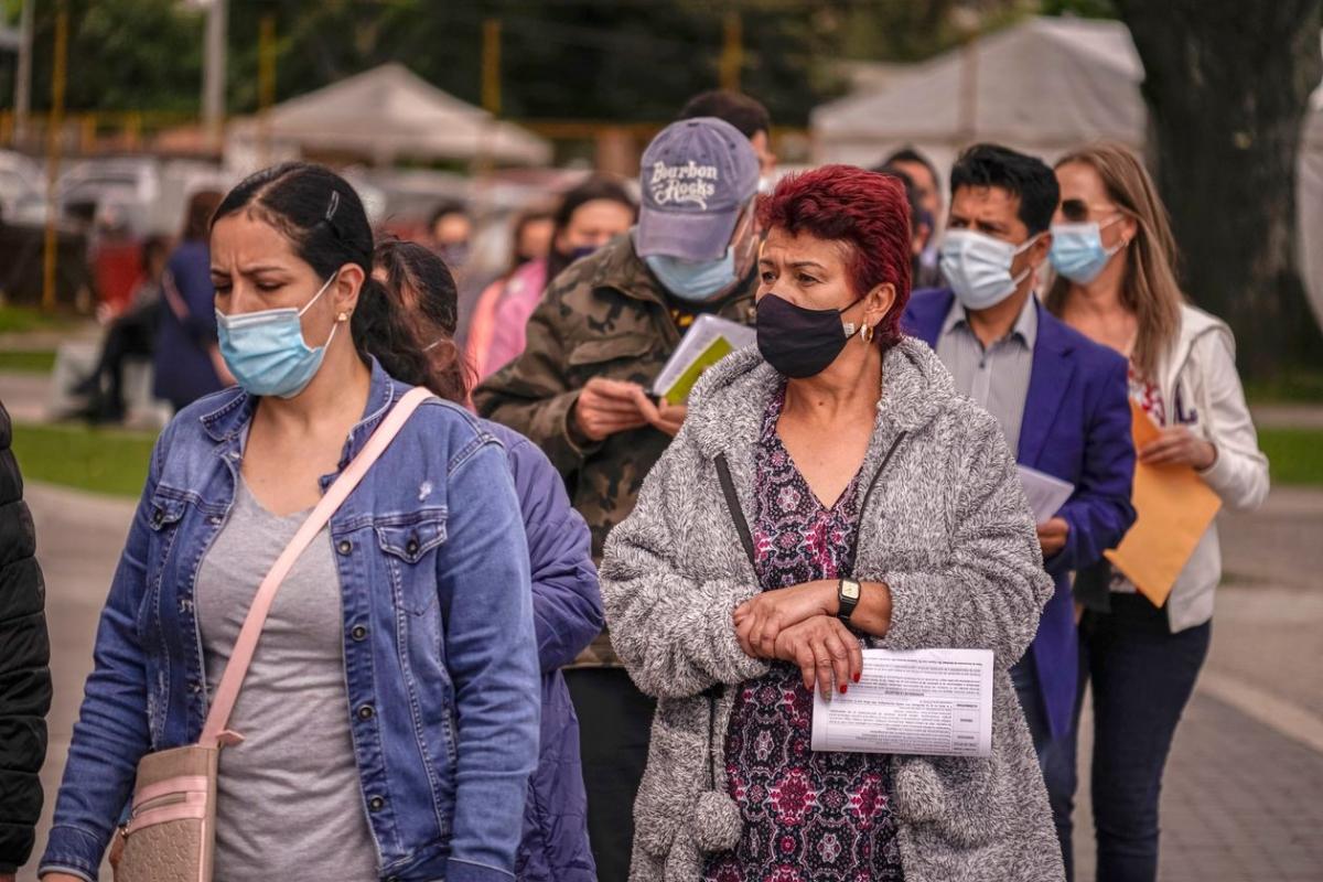 Người dân xếp hàng chờ tiêm chủng ở Bogotá, Colombia. Ảnh: Getty Images