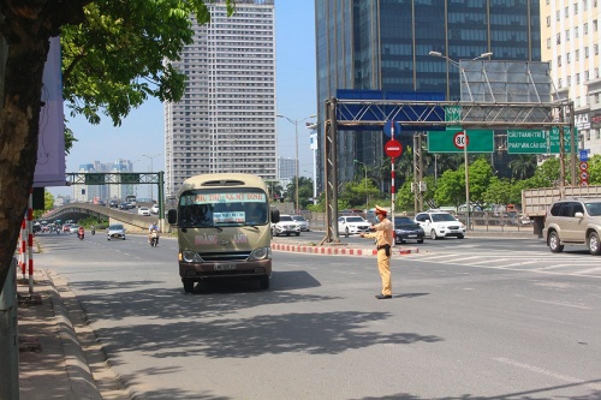 CSGT ra quân tập trung phân luồng đảm bảo an toàn giao thông cho kỳ thi.