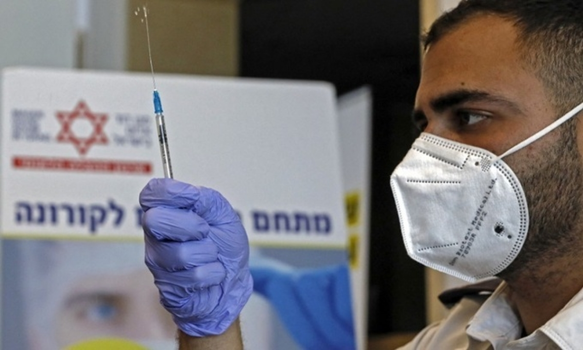 Nhân viên y tế chuẩn bị một liều vaccine Covid-19 của Pfizer tại Israel hôm 22/2. Ảnh: AFP.