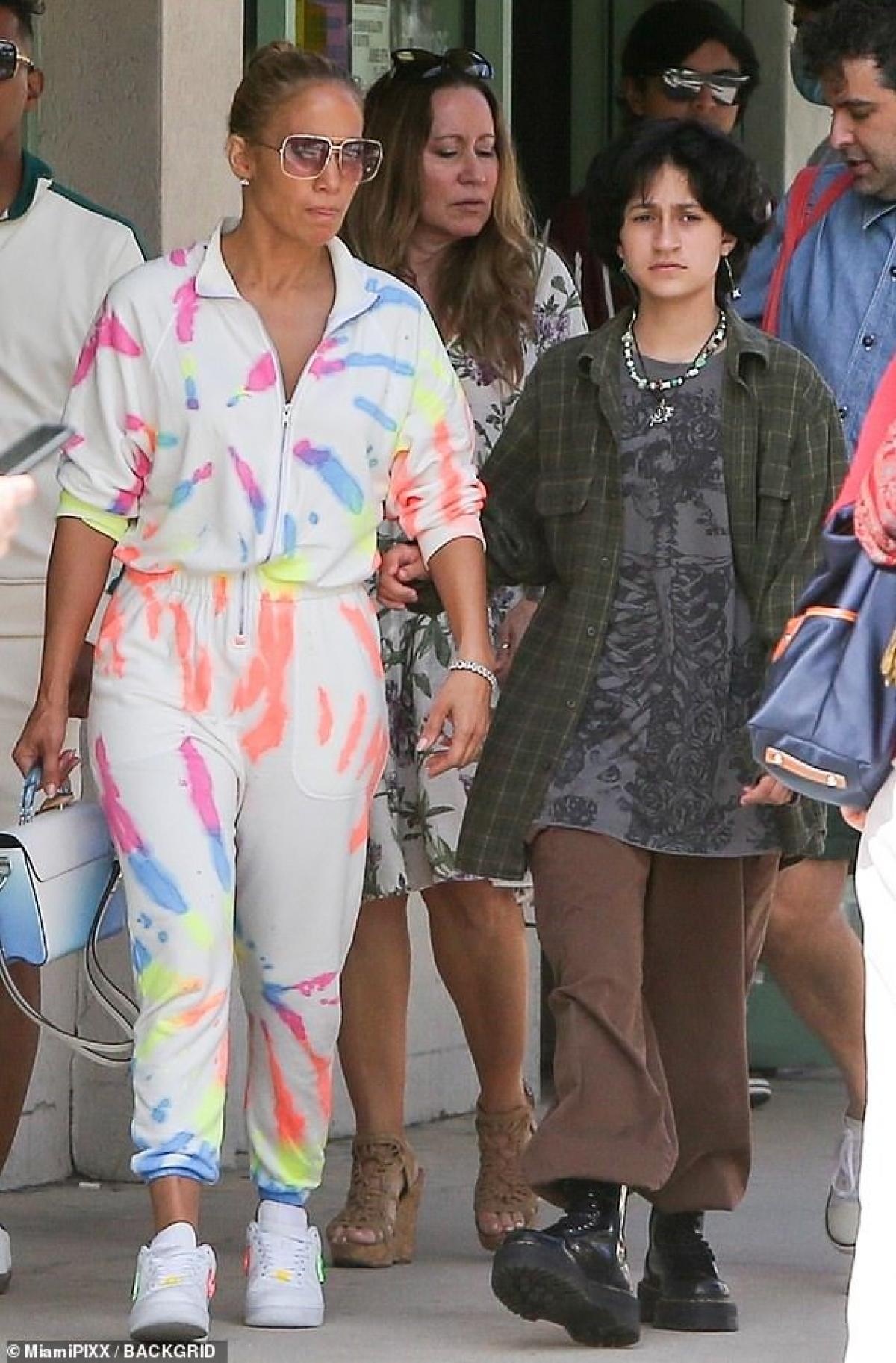 Nữ ca sĩ diện jumpsuit trẻ trung, kết hợp với giày Nike và túi xách Louis Vuitton sang chảnh.