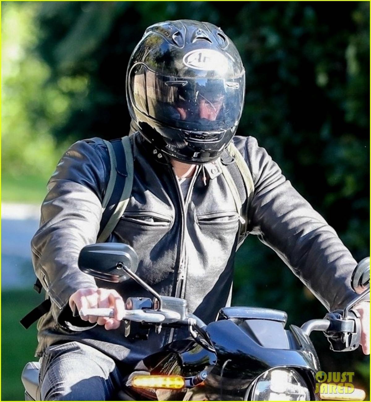 Trong khi đó, cánh săn ảnh đã bắt gặp khoảnh khắc Ben Affleck lái xe mô tô đến nhà riêng của Jennifer Lopez.