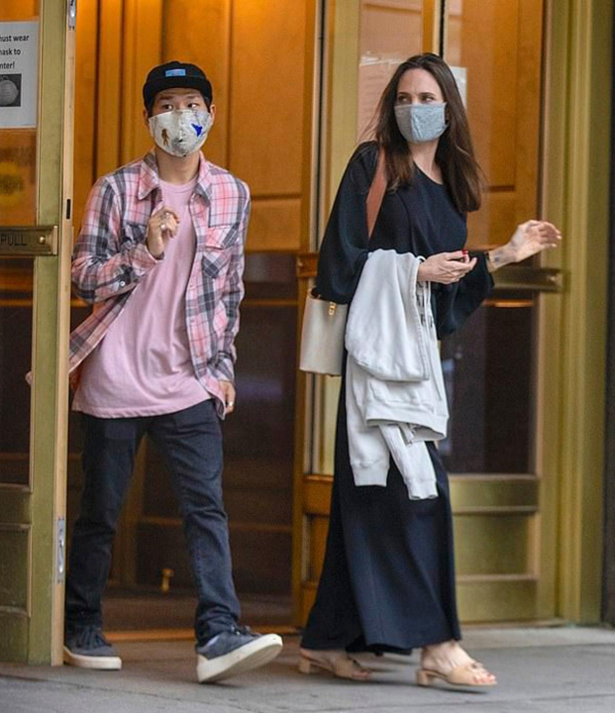 Trong vòng một tuần, đây là lần thứ hai Angelina Jolie được trông thấy gặp gỡ chồng cũ.