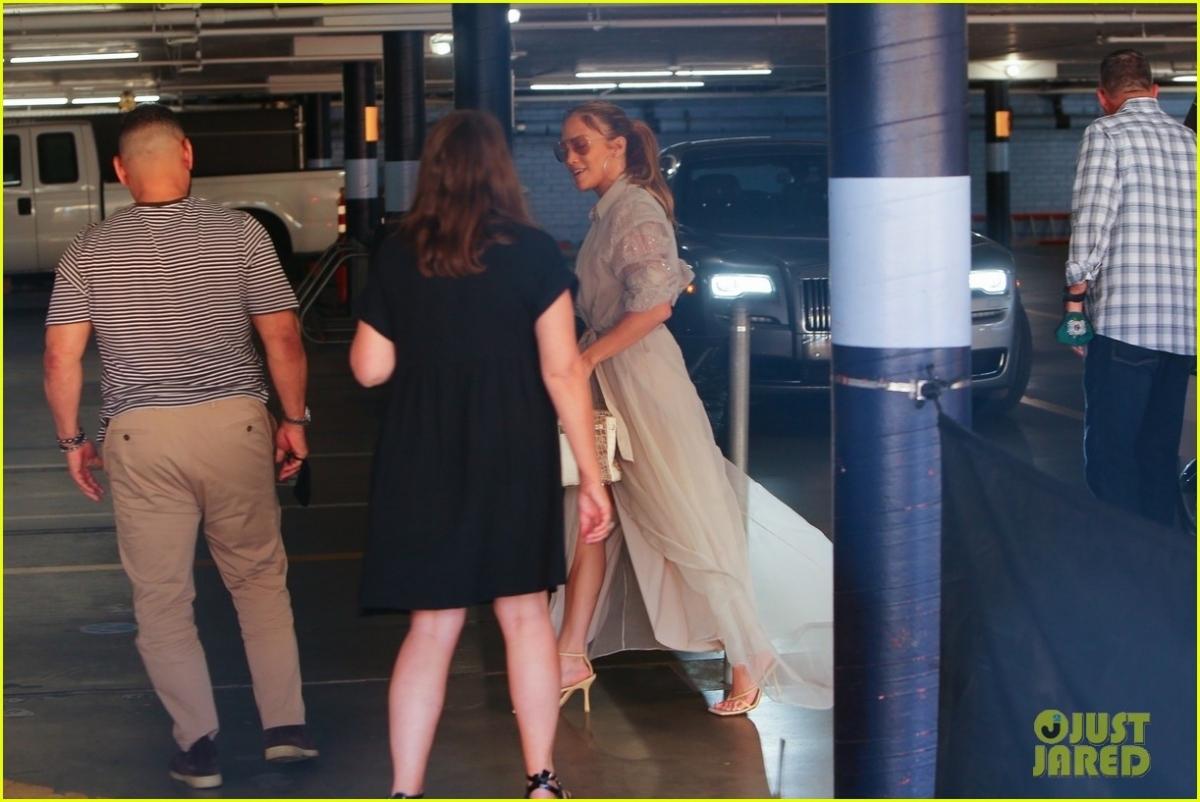 Cách đây không lâu, theo nguồn tin trên Pagesix, Jennifer Lopez và Ben Affleck vui vẻ đi ăn tối cùng nhau tại nhà hàng 5 sao trong khách sạn Pendry, West Hollywood. Nữ ca sĩ diện áo khoác dài, quần jeans và giày cao gót sang chảnh, trong khi Ben mặc áo khoác da kết hợp với quần jeans và đi đôi sneaker trẻ trung. Cả hai sánh đôi tình cảm khi xuất hiện ở chốn đông người.