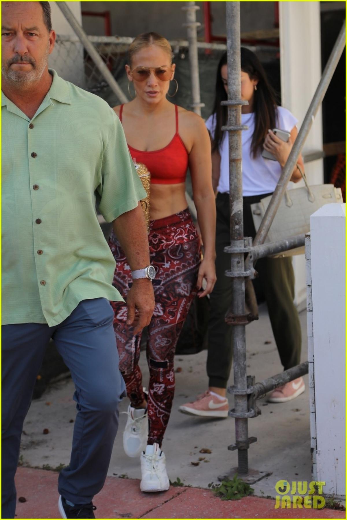 Thời gian này, Jennifer Lopez liên tục sánh đôi bên bạn trai Ben Affleck.