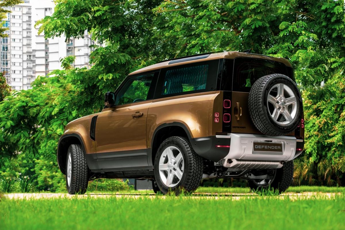 Những cột nổi và cửa sổ Alpine trên nóc xe làm tăng thêm cá tính, với hông xe chắc chắn và vòm bánh xe bo vuông đầy uy lực tôn lên dáng xe mạnh mẽ có mục đích.