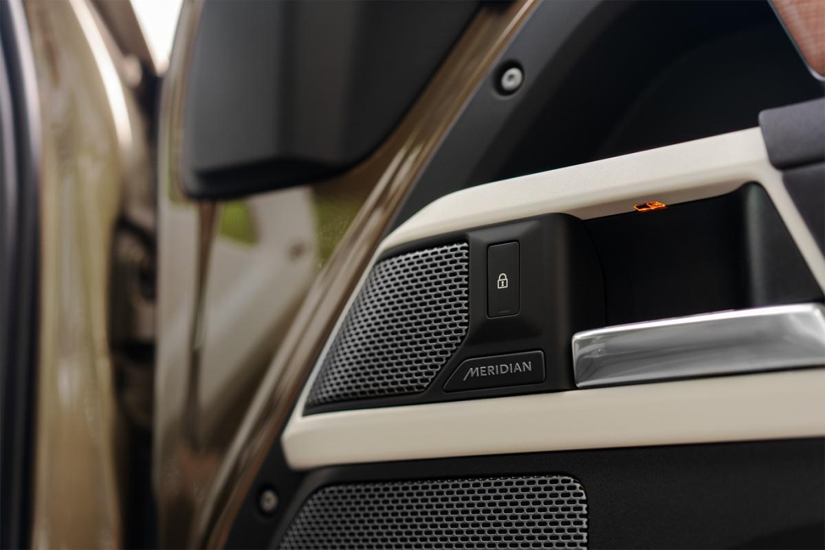 Land Rover Defender 90 có giá bán khởi điểm tại Việt Nam từ 3,935 tỷ đồng dành cho bản 90 SE và 6,555 tỷ đồng cho bản X cao cấp.