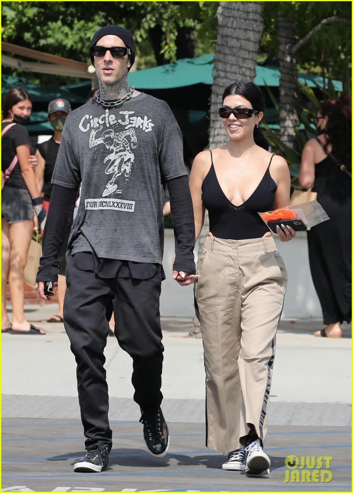 Kourtney Kardashian và Travis Barker sánh đôi tình tứ đi mua sắm ở California ngày 16/6, theo giờ địa phương.