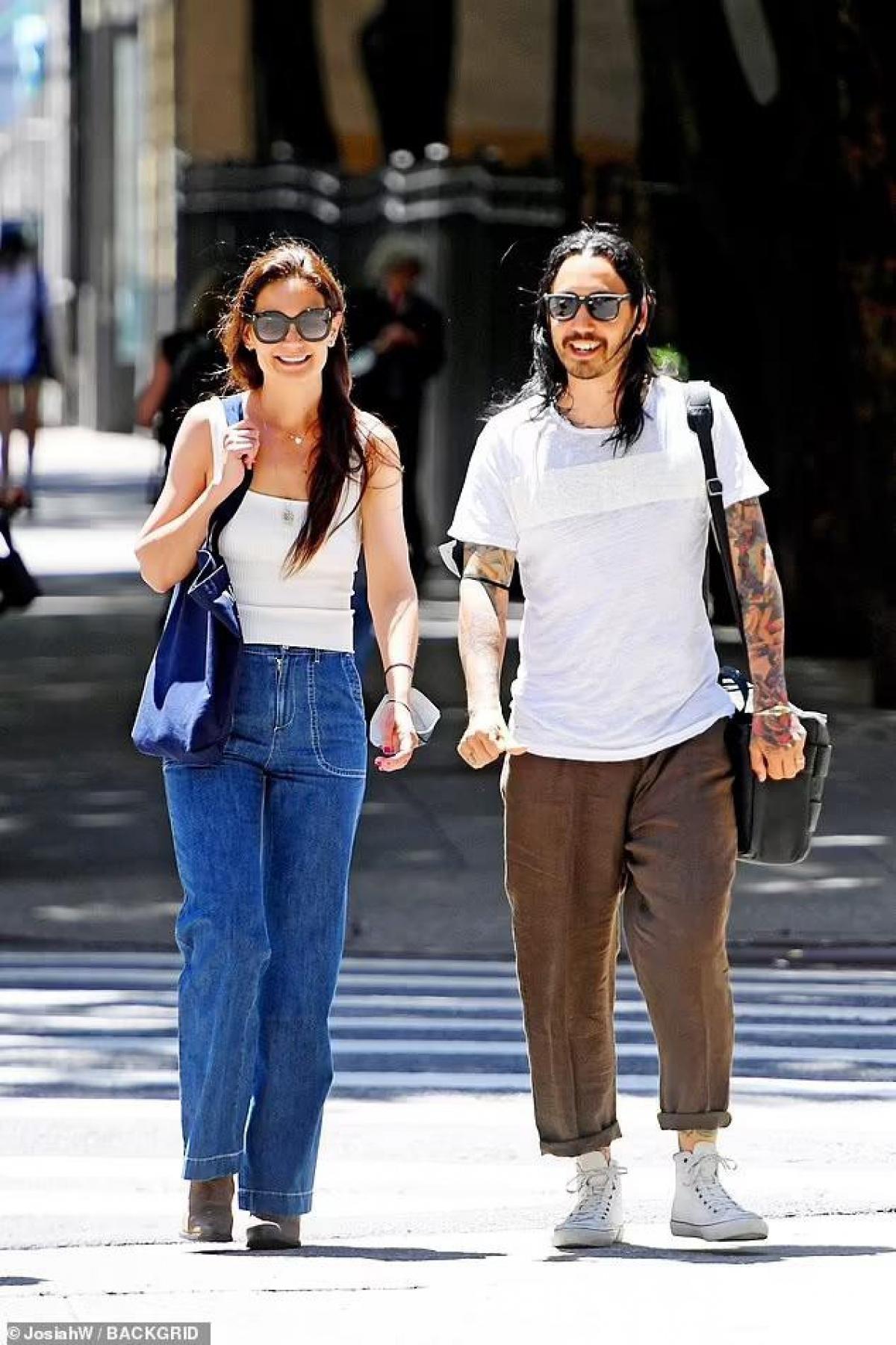 Mới đây, Katie Holmes bị cánh săn ảnh bắt gặp khi đang đi dạo phố cùng người đàn ông lạ mặt ở New York.