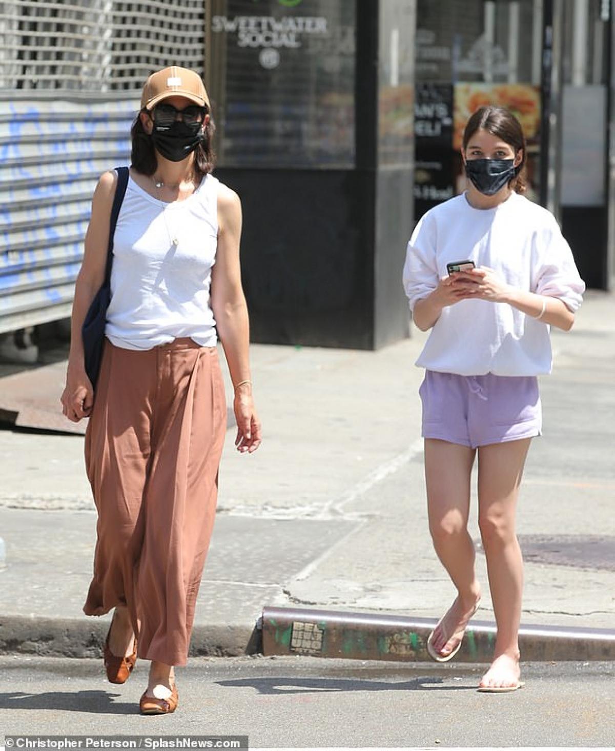 Katie Holmes và con gái Suri cùng nhau đi dạo phố ở New York ngày 22/6 (theo giờ địa phương).