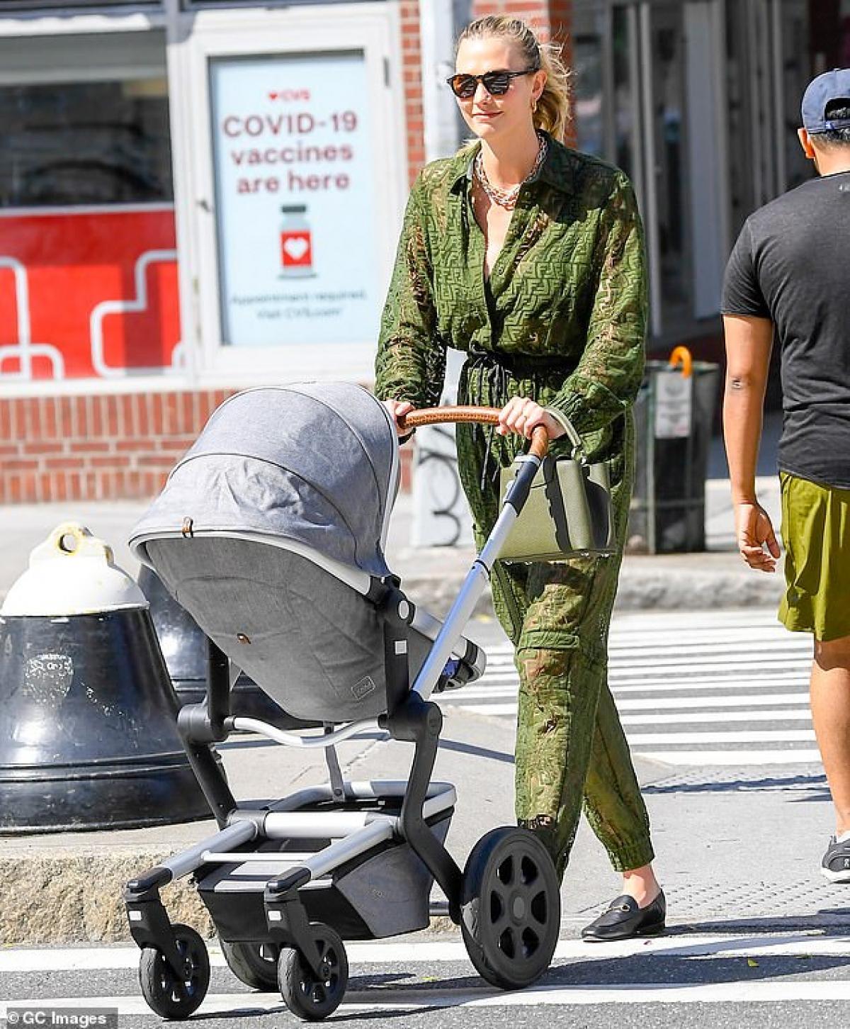 Karlie Kloss hào hứng đưa con trai Levi đi dạo phố ở New York chiều 10/6 vừa qua.