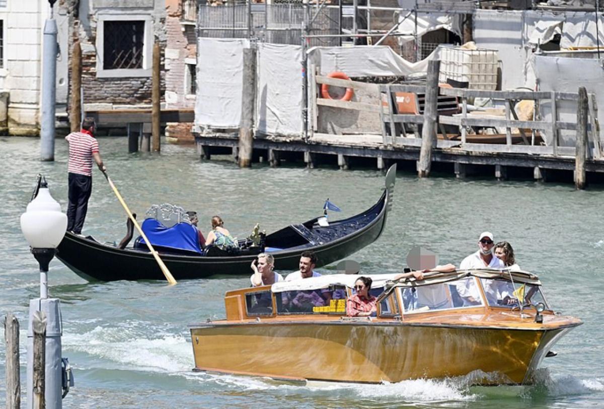 Orlando Bloom và Katy Perry đang trải qua những giây phút vui vẻ cùng con gái Daisy 10 tháng tuổi trong chuyến du lịch tại Venice, Italy.