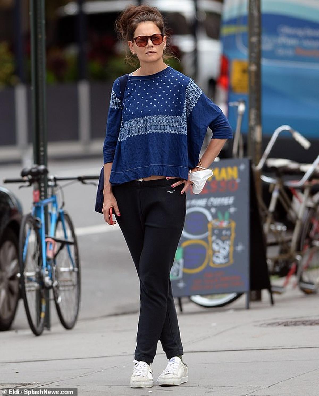 Nữ diễn viên để mặt mộc, mặc đồ xuề xòa ra phố.