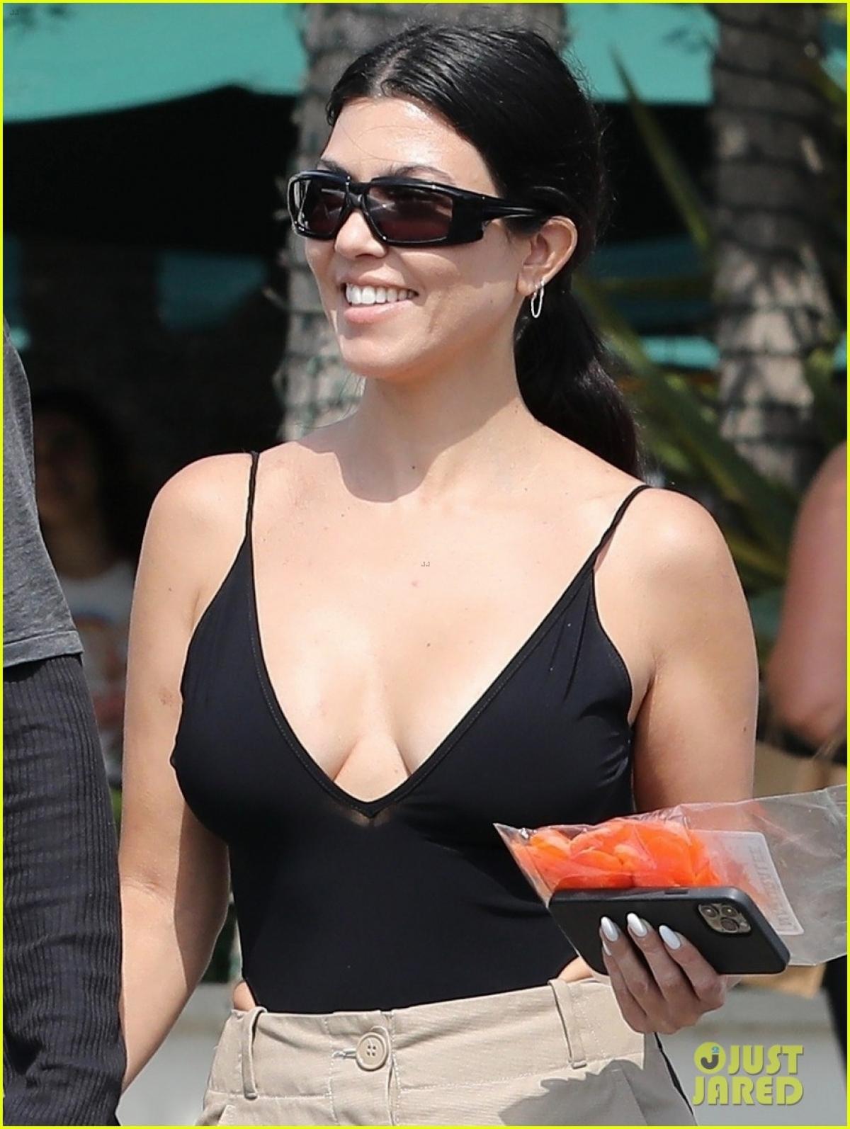 Chị gái Kim Kardashian để mặt mộc, diện áo hai dây và quần âu gợi cảm.